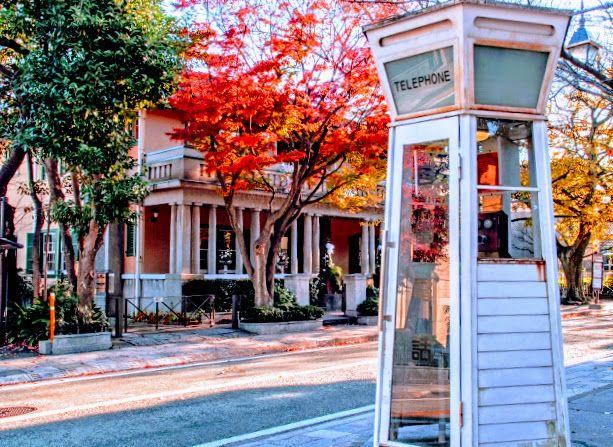 横浜山手地区、元町公園の電話ボックス秋のイメージ画像