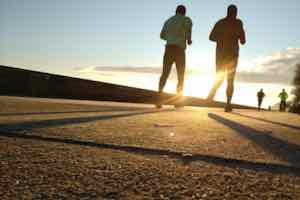 ジョギングする人-夕陽