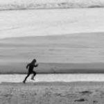 ジョギングする人-モノクロ