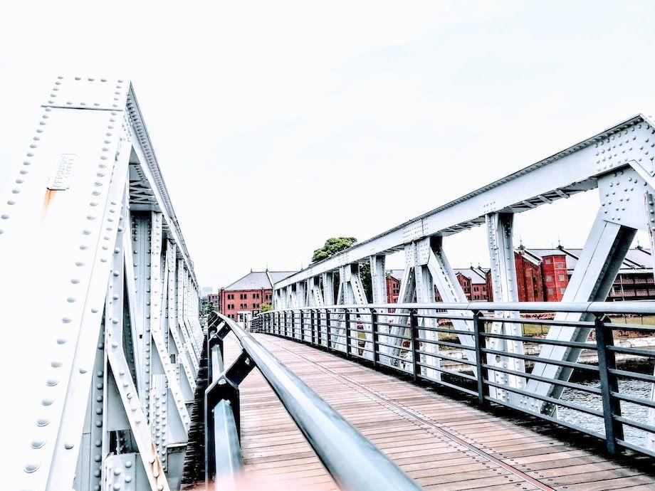 新港橋梁と赤レンガ倉庫の画像