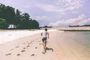 ジョギングする人-ビーチ