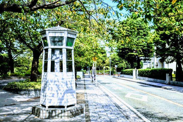 横浜山手本通りのレトロ電話ボックスの画像